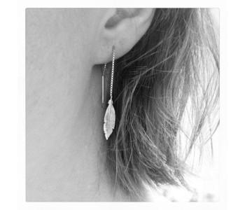 zilveren oorhangers met een veer van Corina Rietveld