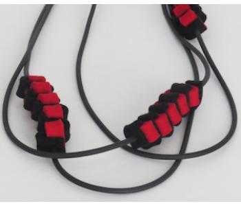 Voor design liefhebbers: Lange ketting met 2 rubber draden en rood vilten decoraties