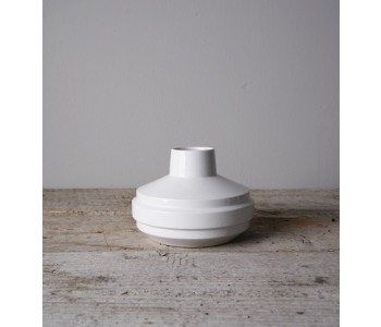 porseleinen vaas wit door Fenna Oosterhoff