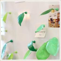 Bladgroene blaadjes met magneet om belangrijke notities te bewaren