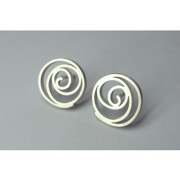 oorbellen van zilver in roosmotief, handgemaakt door edelsmid Yolanda Döpp