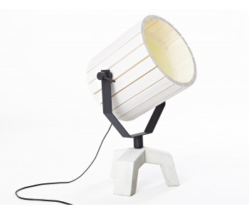 Barrel Lampe mit Betonfuß und einem Schirm aus Holz.