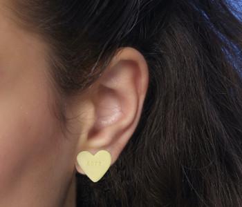 Snoephartje met tekst LOVE als oorsteker koop je bij shop.holland.com