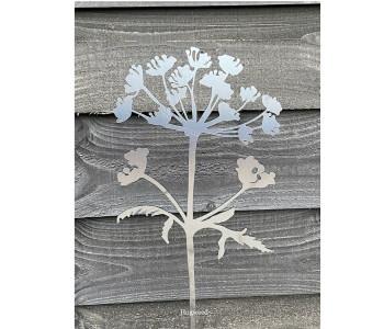 Berenklauw bloem van cortenstaal siert iedere tuin