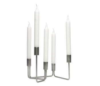 Kaarsen op verschillende hoogtes bij de Link Kandelaar van Holland Design & Gifts