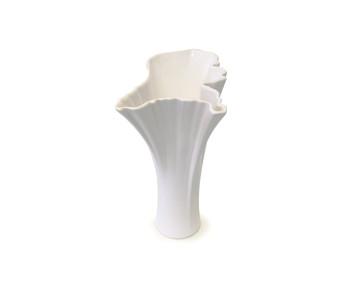 Witte vaas van keramiek in de vorm van Nederland naar het ontwerp van Sander Alblas