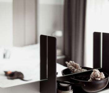 Met eenvoud monteer je de spiegel Look aan de wand