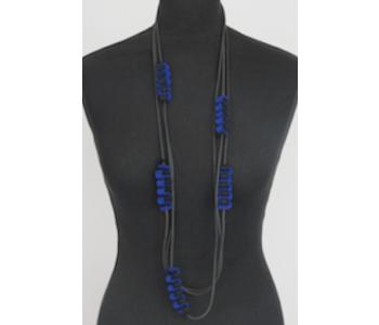 Ketting van rubber en kobalt blauw vilt van het Nederlandse merk LH58