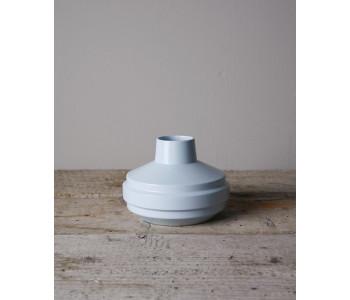 Fenna Oosterhof Low Edged vaas van lichtblauw porselein