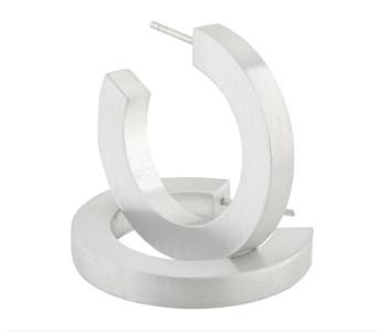 Clic by Suzanne mat aluminium oorbellen O10 - strakke design creolen, een ideaal geschenk voor haar