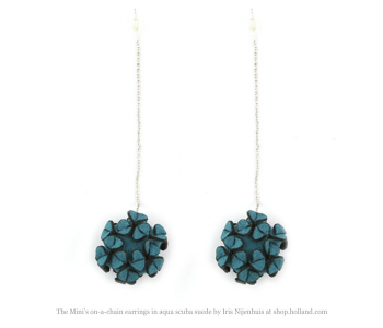 The mini's on a chain oorbellen van Iris Nijenhuis in aqua blauw scuba suéde vind je bij shop.holland.com