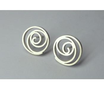 Zilveren oorbellen van van Nederlandse edelsmid Yolanda Depp; een roos voor ieder oor cadeau