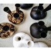De MaMa Vaas is ook verkrijgbaar in zwart of wit aardewerk