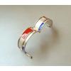 De zilveren armband scharniert precies in het midden