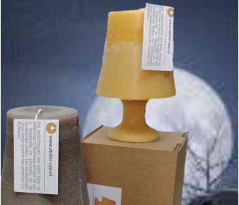 Deze kaars van Atelier OZO heeft de archetypische vorm van een schemerlamp - geef een uniek cadeau