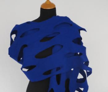 LH58 vilten sjaal op stola formaat in kobalt blauw met gaten