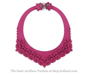 The Basic necklace van Iris Nijenhuis in deze fuchsia roze scuba suede stof bestel je bij shop.holland.com