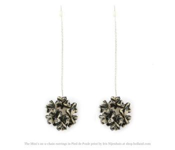 The mini's on a chain oorbellen van Iris Nijenhuis in Pied de Poule print bij shop.holland.com