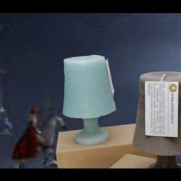 De Schemerlamp kaars van Atelier OZO heeft is super herkenbaar door de archetypische vorm van een schemerlamp.