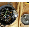 The built-in spring ensures that the mussel scoop opens again and again to scoop the next mussels.