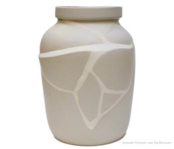 Tektonische vaas van het Nederlandse merk Humade in aardewerk