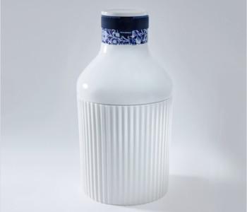 Kragenflasche Nr. 1 von Royal Delft ist eine wunderschöne weiße Flasche mit einem Delfter Blau Motiv auf dem Verschluss