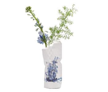 De Paper Vase Cover is een papieren vouwvaas, waarmee je in een handomdraai een eigentijdse designvaas in Delfts blauw maakt