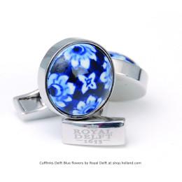 Bloem motief in Delfts blauw tegeltje op een manchetknoop