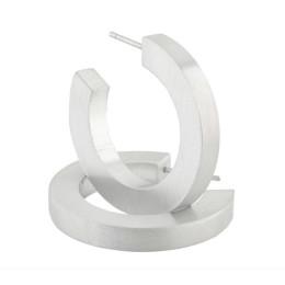 Die runden Clic O10-Ohrringe sind robust und feminin zugleich: ein schönes Geschenk