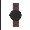 Tube D38 horloge von Piet Hein Eek aus schwarzem Stahl mit braunem Lederarmband - Rückseite