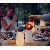 Die drehbare rote Kugel ist mit LED-Licht ausgestattet und kann mit einer einfachen Handbewegung von einer Taschenlampe in eine Stimmungslampe mit einer Helligkeit von 10% bis 100% umgewandelt werden.
