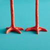 Lange Beine Leuchter sehen aus wie Hähnchenschenkel. Spezielle und lustige Geschenke